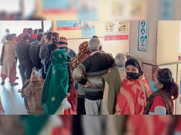 टूट रही डिस्टेंसिंग... सिविल अस्पताल की सामान्य ओपीडी के बाहर लगी मरीजाें की लंबी लाइन। - Dainik Bhaskar