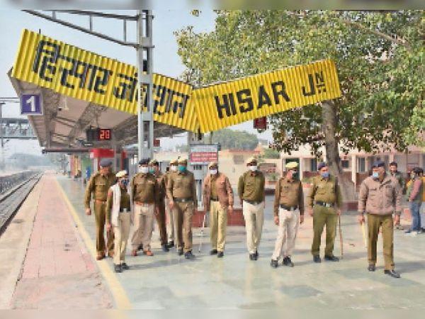 किसान आंदोलन को लेकर हिसार रेलवे स्टेशन पर भारी पुलिस बल तैनात किया। - Dainik Bhaskar