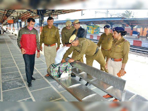 रेलवे स्टेशन पर चेकिंग करते जीआरपी के अधिकारी। - Dainik Bhaskar