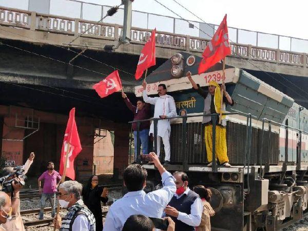 जयपुर के गांधीनगर में प्रदर्शनकारी ट्रेन पर चढ़ गए।