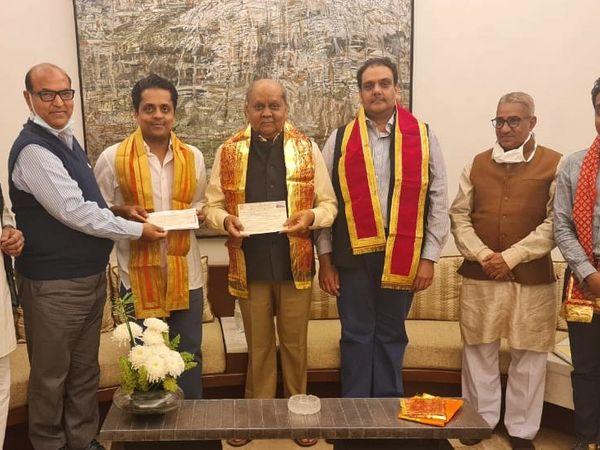 अरविंद सिंघल (बीच में) ने दान राशि का चेक सौंपा। उन्होंने दो बार में चेक के माध्यम से मंदिर के लिए 11 करोड़ रुपए दिए। - Dainik Bhaskar