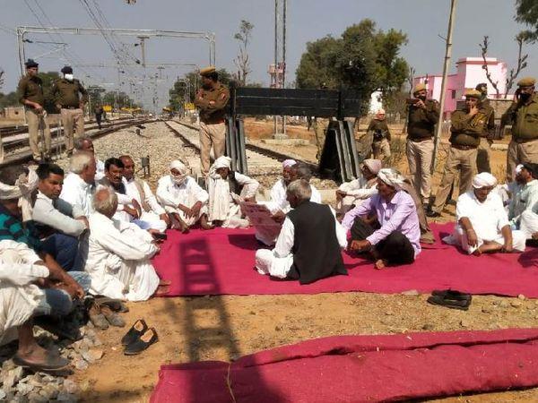 जयपुर के पास चौमूं रेलवे स्टेशन में भी प्रदर्शनकारी रेलवे ट्रैक पर धरने पर बैठ गए।