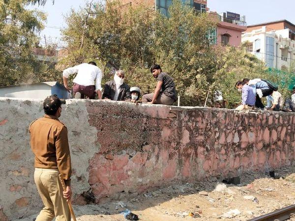 जयपुर में टोंक फाटक के पास दीवार पर चढ़कर आंदोलन की विडियो रिकॉर्डिंग कर रहे लोगों को पुलिस ने खदेड़ा।