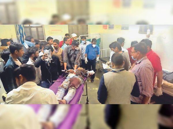 घायलों को अस्पताल पहुंचाती पुलिस - Dainik Bhaskar