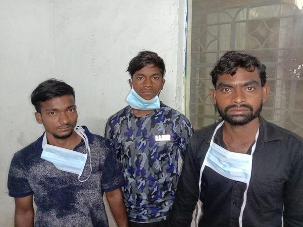 तस्वीर रायपुर के आजाद चौक थाने में ली गई है। घटना में शामिल ये युवक अब सलाखों के पीछे भेज दिए गए हैं। - Dainik Bhaskar