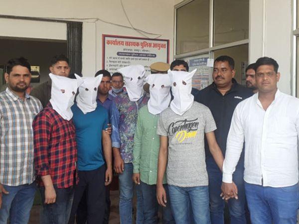 जयपुर के करधनी इलाके में बैंक में डकैती कर मोटी रकम लूटने वाले गिरोह के पांच बदमाश पुलिस की गिरफ्त में आए। उनसे हथियार भी बरामद हुए हैं। - Dainik Bhaskar