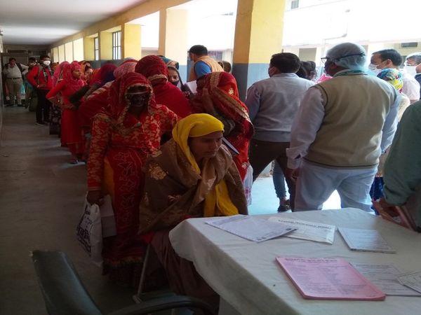 नीमकाथाना के डोकन में पहुंचे एडीसी को स्त्री रोग विशेषज्ञ के इंतजार में महिलाओं की लंबी लाइन दिखी। - Dainik Bhaskar
