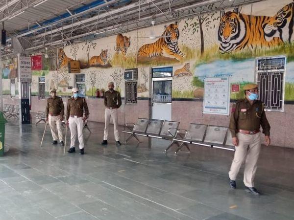 अलवर जंक्शन पर GRP, R PF और कोतवाली पुलिस का जाब्ता।