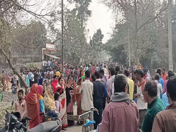 लोगों ने आक्रोशित होकर बेगूसराय-समस्तीपुर हाइवे जाम कर दिया। - Dainik Bhaskar