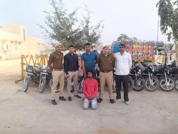 बाइक चोर गिरफ्तार,12 चोरी की बाइक बरामद - Dainik Bhaskar