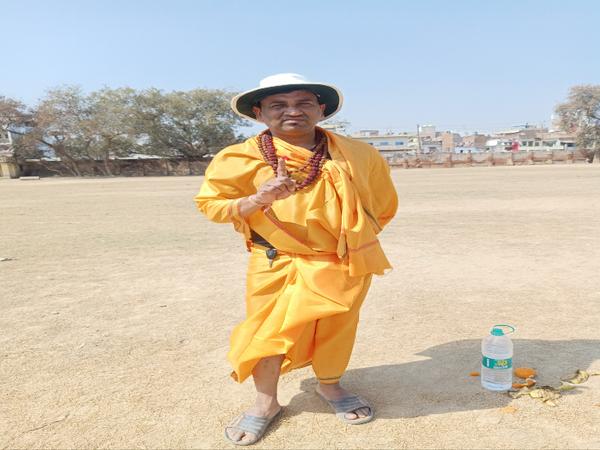 क्रिकेट मैच में अंपायर भी धोती - कुर्ता और रुद्राक्ष की माला धारण किये थे।
