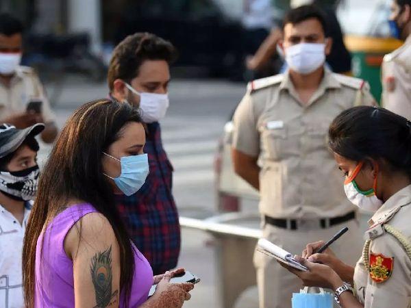 बीएमसी सार्वजनिक स्थानों पर मास्क नहीं पहनने पर दो सौ रुपए का जुर्माना लगाता है। - Dainik Bhaskar