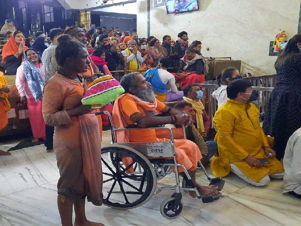 महाकाल मंदिर में हाथ में ज्योति लिए दर्शन करतीं साध्वी दुर्गागिरि - Dainik Bhaskar