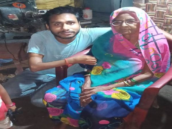 फोटो में मां अस्तुरना के साथ रमेश विश्वकर्मा (25) भी नहीं मिल रहे।