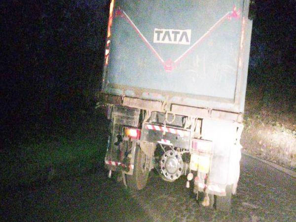 बुधवार रात को बीच सड़क खराब हुआ हाइवा।