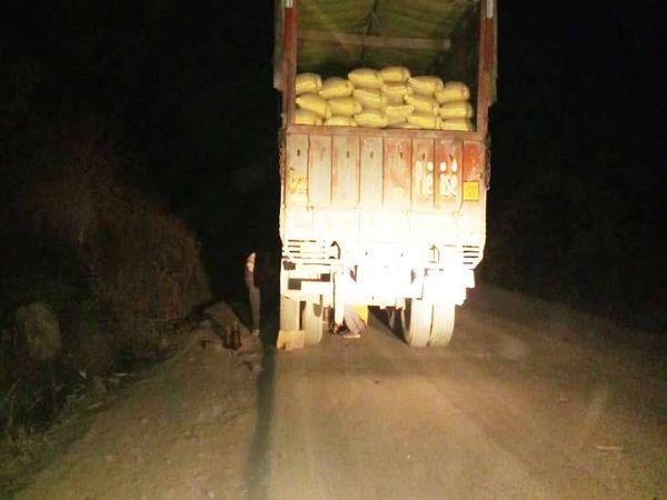 500 मीटर आगे बघराव की ओर ही एक ट्रक भी खराब हो गया था।