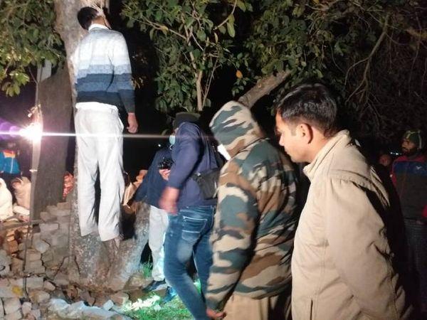 यह फोटो मेरठ की है। पुलिस शव नीचे उतारने के लिए पहुंची तो ग्रामीणों का विरोध झेलना पड़ा। - Dainik Bhaskar