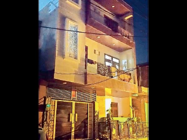 जयपुर के हीरापुर इलाके में आरोपी गोपाल का तीन मंजिला बंगला। - Dainik Bhaskar