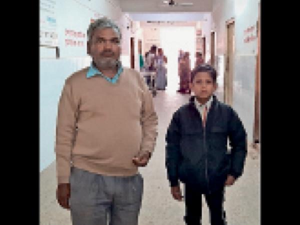 सदर अस्पताल में पिता के साथ पीड़ित बच्चा। - Dainik Bhaskar