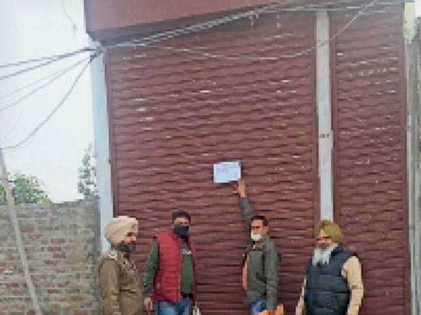 बिल्डिंग सील करती निगम टीम। - Dainik Bhaskar