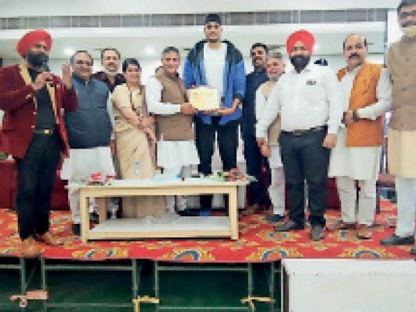 यमुनानगर| रेसलर शैंकी को सम्मानित करते शिक्षा मंत्री और अन्य। - Dainik Bhaskar