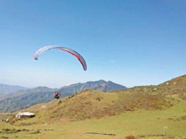 मंडी जिले में पैराग्लाइडिंग करते पायलट। - Dainik Bhaskar