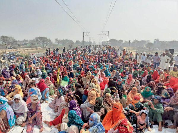 बरसोला रेलवे स्टेशन के पास रेलवे ट्रैक पर बैठी महिलाएं। - Dainik Bhaskar