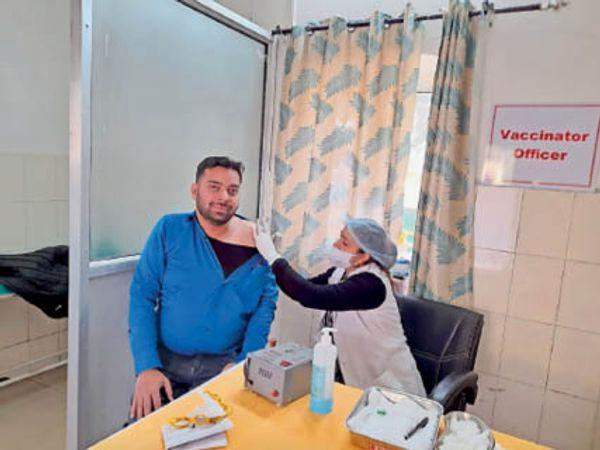 यूपीसी पिंजौर में कोरोना वैक्सीन की दूसरी डोज लगवाते हुए। - Dainik Bhaskar