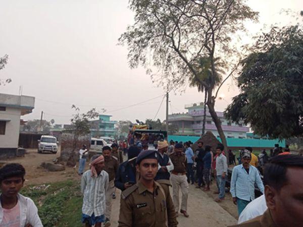 विसर्जन के दौरान झड़प में उपस्थित पुलिस पदाधिकारी व पुलिस बल - Dainik Bhaskar