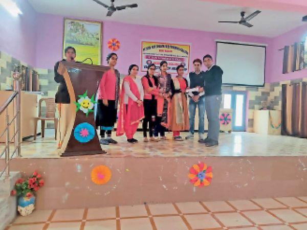 पंडित सीताराम शास्त्री बीएड ट्रेनिंग महाविद्यालय में सात दिवसीय एनएसएस कैंप के समापन समारोह में माैजूद छात्राएं। - Dainik Bhaskar