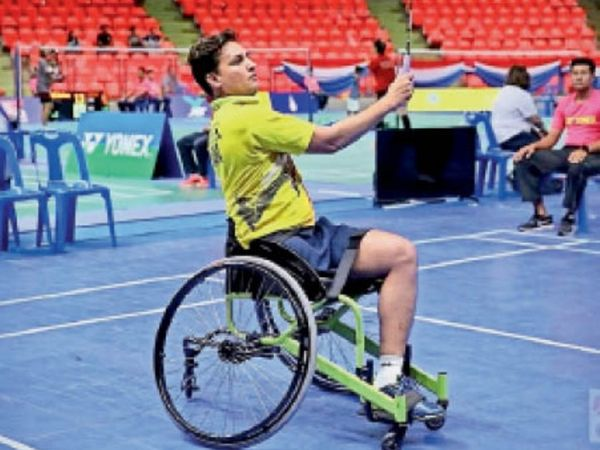 व्हील चेयर पर बैडमिंटन खेलते गिरीश। - Dainik Bhaskar