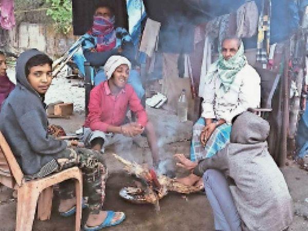 बारिश के बाद शाम को ठंड बढ़ी तो लोग अलाव तापते हुए नजर आए। - Dainik Bhaskar