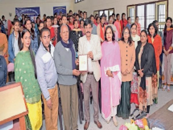 राजकीय महिला महाविद्यालय में आयाेजित एनएसएस कैंप के दूसरे दिन स्वयंसेवकाें काे वृद्धाें काे सम्मान करने के लिए प्रेरित किया गया। - Dainik Bhaskar