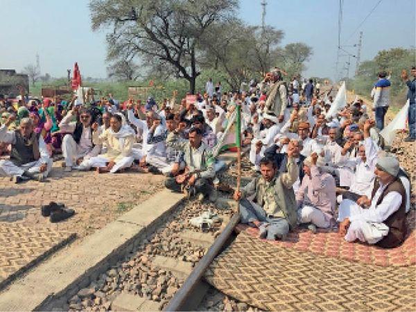 बवानीखेड़ा. सुई में रेल रोको अभियान के दौरान पटरियों पर मौजूद लोगों को संबोधित करते वक्ता। - Dainik Bhaskar