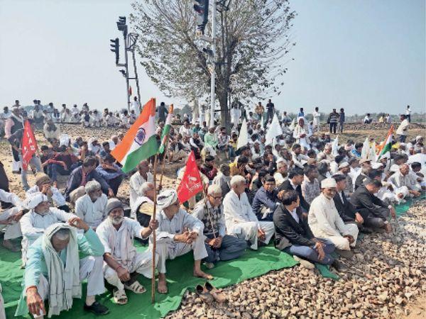 लोहारू। दिल्ली बीकानेर व जयपुर दिल्ली ट्रैक पर बैठे किसान व गणमान्य लोग। - Dainik Bhaskar