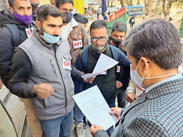 एचपीयू पहुंचे राज्यपाल के स्टाफ के सामने छात्रों ने समस्याएं रखी। - Dainik Bhaskar