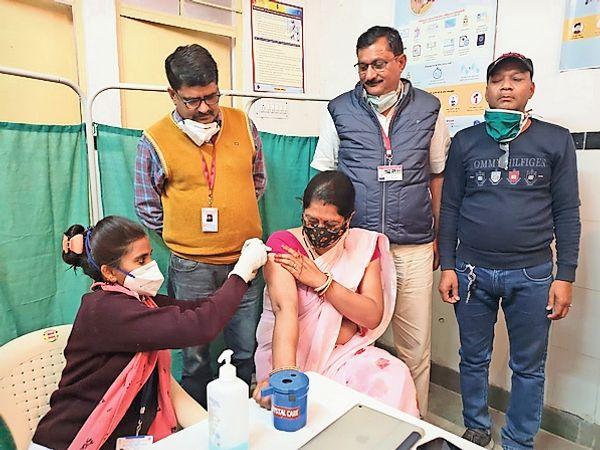 दौसा कोरोना का टीका लगाते चिकित्साकर्मी। - Dainik Bhaskar