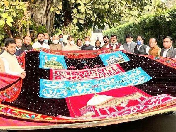 मंगलवार को नई दिल्ली में राहुल गांधी ने कांग्रेस अल्पसंख्यक विभाग के राष्ट्रीय अध्यक्ष नदीम जावेद को यह चादर सौंपी।