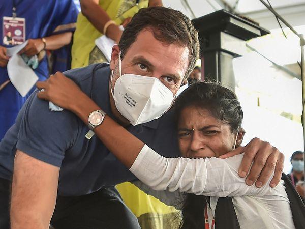 पुडुचेरी के गवर्नमेंट वुमन कॉलेज में कांग्रेस नेता राहुल गांधी से मिलकर एक छात्रा भावुक हो गई। राहुल ने मंच से ही उसे गले लगाया और ऑटोग्राफ भी दिया। - Dainik Bhaskar