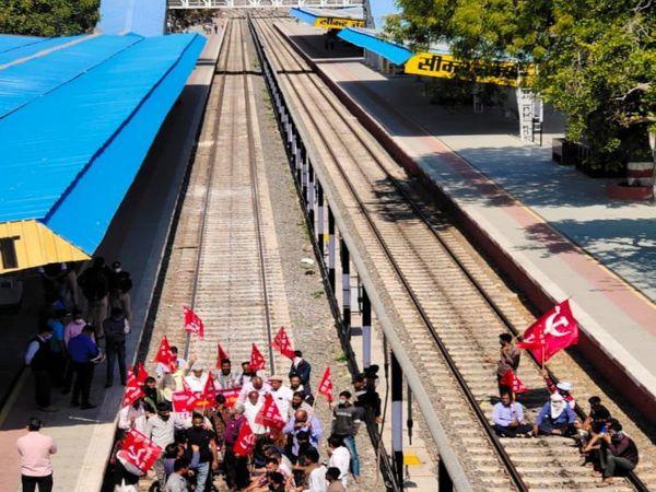 स्टेशन पर रेल रोकते संयुक्त किसान मोर्चा के कार्यकर्ता - Dainik Bhaskar