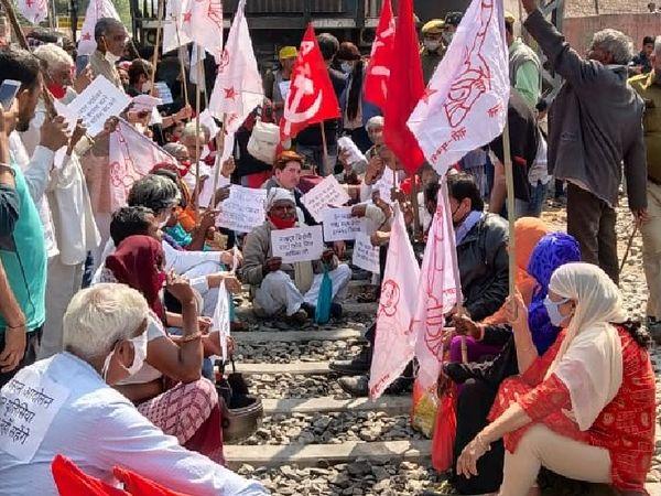 बूंदी में भी प्रदर्शनकारियों ने रेलवे ट्रैक जाम कर दिया। यहां वाम दलों का झंडा लेकर प्रदर्शनकारी पहुंचे और ट्रैक पर बैठ गए।