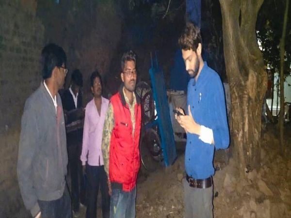 रात में गश्त कर जांच करती बिजली कंपनी की टीमें - Dainik Bhaskar