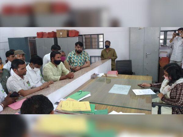 विधायक भंवरलाल शर्मा व उनके पुत्र के खिलाफ कार्रवाई करने की मांग को लेकर एसडीएम रीना छीपा को ज्ञापन देते सरपंच फोरम के सदस्य। - Dainik Bhaskar