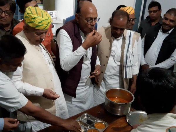 इंदिरा रसोई में भोजन की जांच करते विधायक भंवर लाल शर्मा। - Dainik Bhaskar