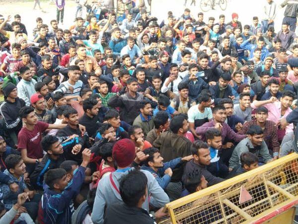 भरतपुर: सेना में भर्ती शुरू करने की मांग को लेकर धरना देते युवा। - Dainik Bhaskar