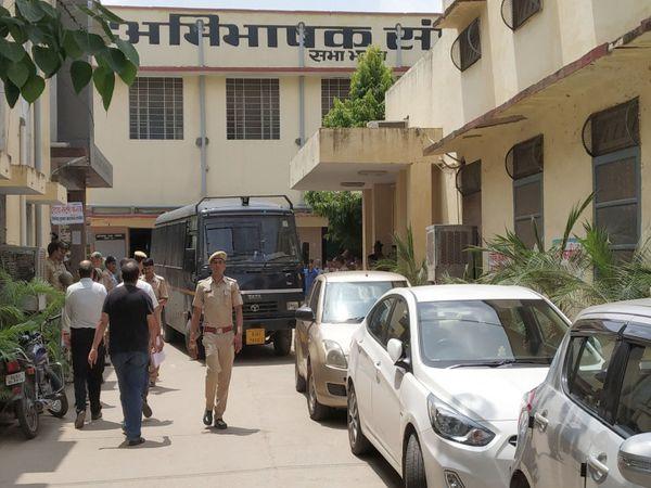 वकीलों ने गुरुवार को कोर्ट में काम का बहिष्कार किया। - Dainik Bhaskar