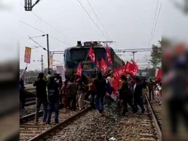 रांची के नामकुम स्टेशन पर वाम संगठन के कार्यकर्ताओं ने सांकेतिक प्रदर्शन किया। - Dainik Bhaskar