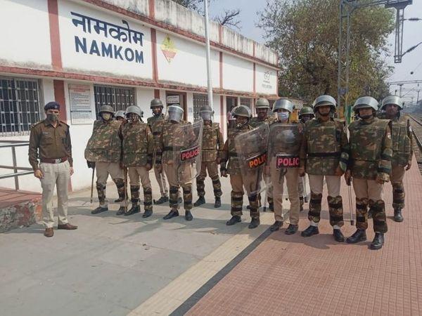 रांची के साथ आसपास के स्टेशनों पर भी फोर्स की तैनाती की गई है।