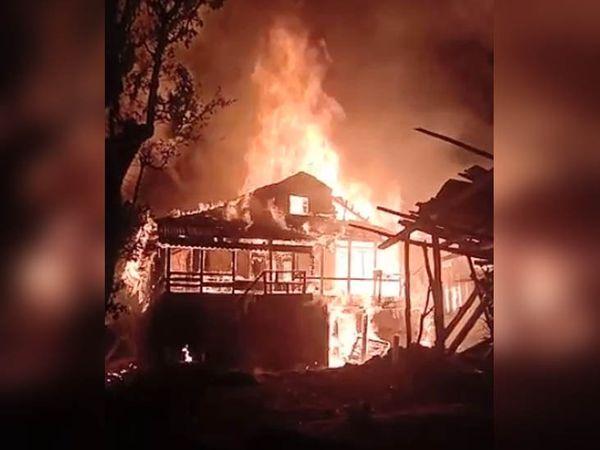 आग लगने पर घर में रहने वाली एक एक बुजुर्ग महिला ने अपनी जान की परवाह न करते हुए बच्चों को बाहर निकाला। - Dainik Bhaskar
