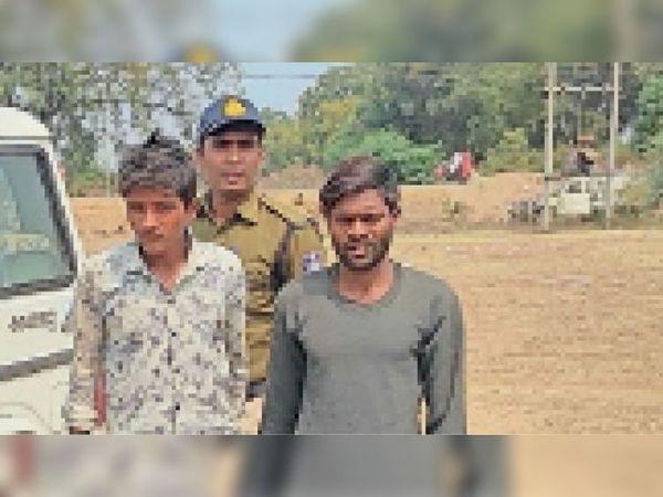 काले स्वेटर में आरोपी कालू और शर्ट में आरोपी अनिल को गिरफ्तार कर जेल भेजा। - Dainik Bhaskar
